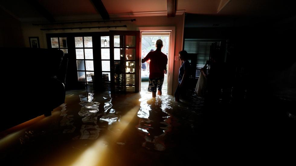 As flooding lingers, Houston begins clean-up image