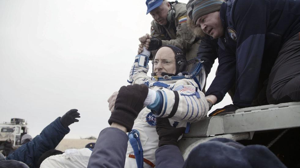 Scott Kelly Returns to Earth After a Year in Space image