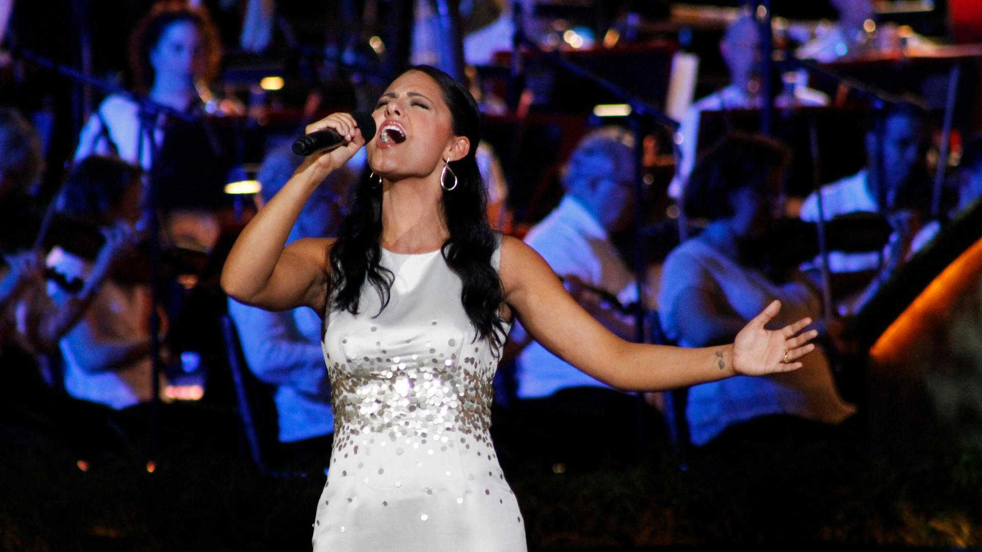 Pia Toscano Sings To Veterans