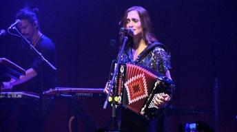Bilingual rock-star Julieta Venegas 'feels' in Spanish