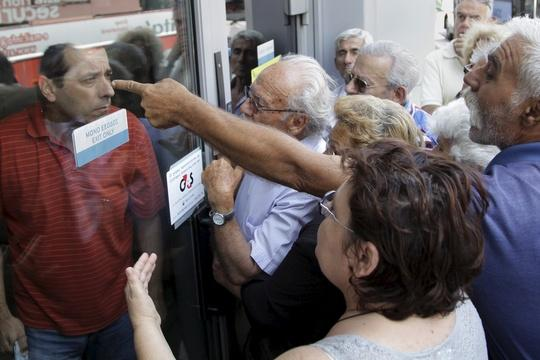 On brink of default, Greece imposes cash crunch