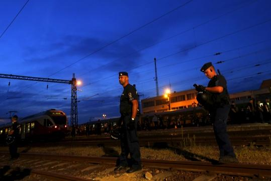 Train taking migrants to Hungarian camp prompts clashes