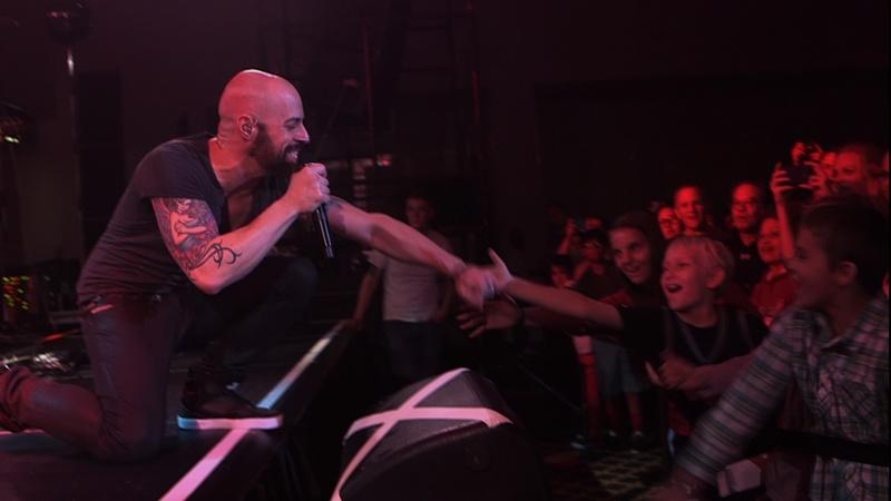 "Daughtry Performs ""Superman"""