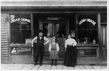 Photo of Wojciechowski Grocery on North Water in 1905