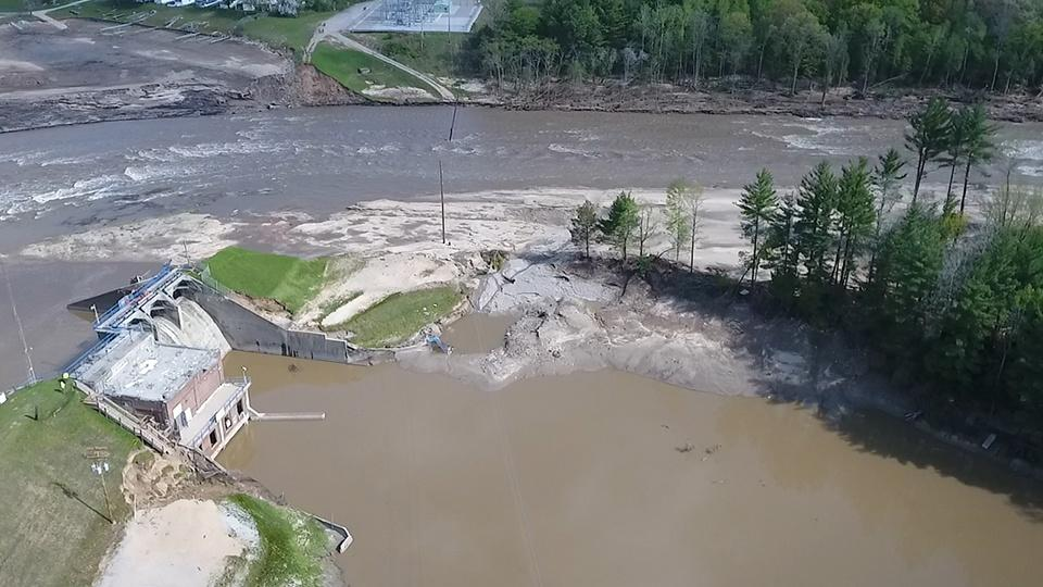 The Edenville Dam fails, causing Wixom Lake to flood the land surrounding the Tittabawassee River.