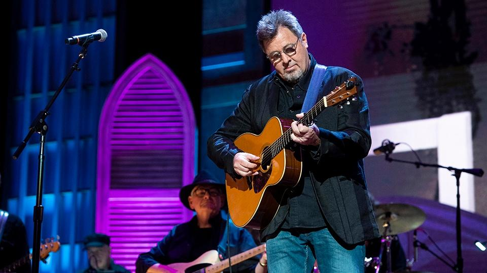 Vince Gill performing.