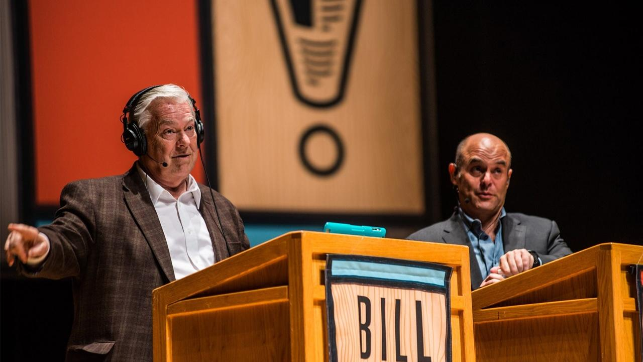 Judge and scorekeeper Bill Kurtis and host Peter Segal