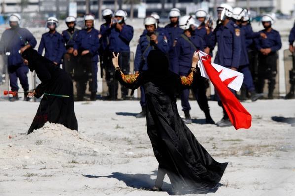 Bahraini Demonstrators Retake Pearl Roundabout As Army Backs Out | Arab Spring