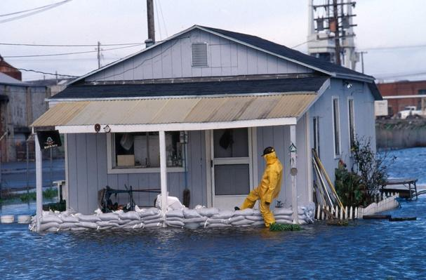 Sandbagging house due to El Nino related flooding | Weather