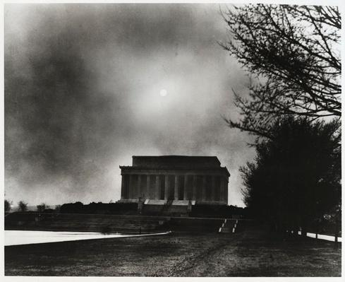 A Dust Storm Blows over the Lincoln Memorial | Ken Burns: The Dust Bowl