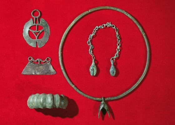 Semi-circular razor, straight-edged razor, bracelet with egg-shaped design, torque with pendant and a chain with two pendants, 750-475 BC