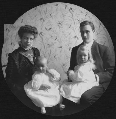 FDR and Eleanor with Children Anna and James, 1908 | Ken Burns: The Roosevelts