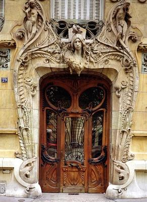 Entrance door to the apartments at 29 Avenue Rapp, designed 1901