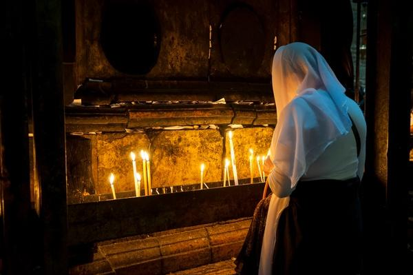 Woman praying in Jerusalem | World Religions: Christianity