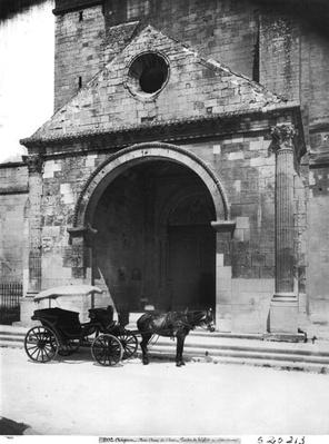 Carriage waiting before porch of cathedral Notre-Dame-des-Doms