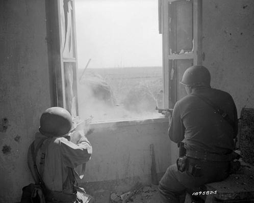 Anzio: Firing from Farmhouse | Ken Burns: The War