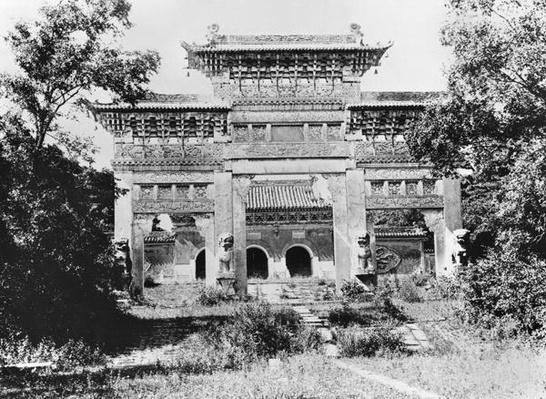 Tomb of the Emperor Qing Taizong and the sacred path at Moukden, China