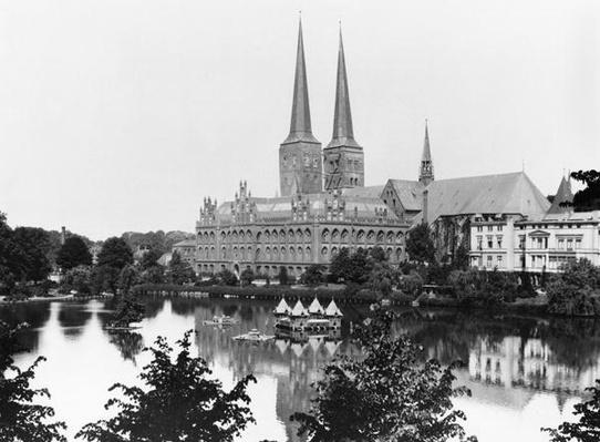 View of the museum with the Marienkirche in the background, Lubeck, c.1910