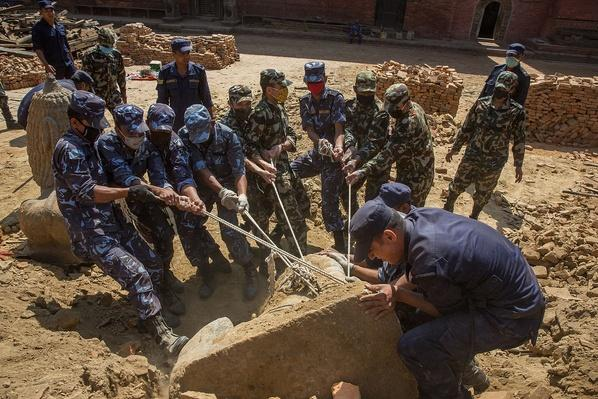 Soldiers Work to Remove a Stone Lion From the Rubble | Global Oneness Project