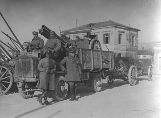 British soldiers in Italy during WWI transporting a field gun