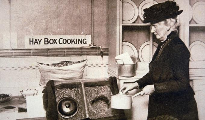 WWI British Home Front: economy cooking with a Hay Box