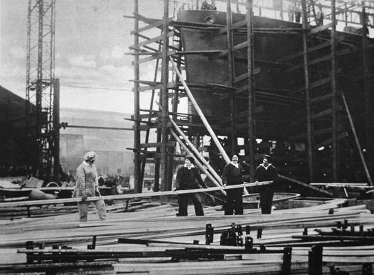 Women at work in a Naval ship-building yard , 1916