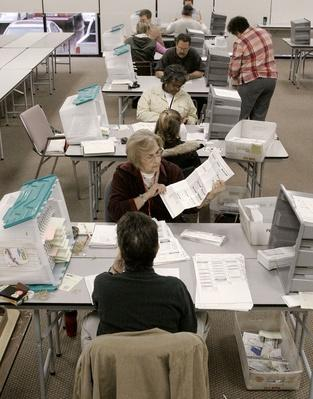 Arizona Officials Count Early Ballots | U.S. Presidential Elections 2004