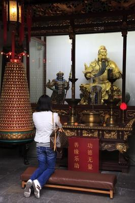 Golden statue of Guan Gong | World Religions: Taoism