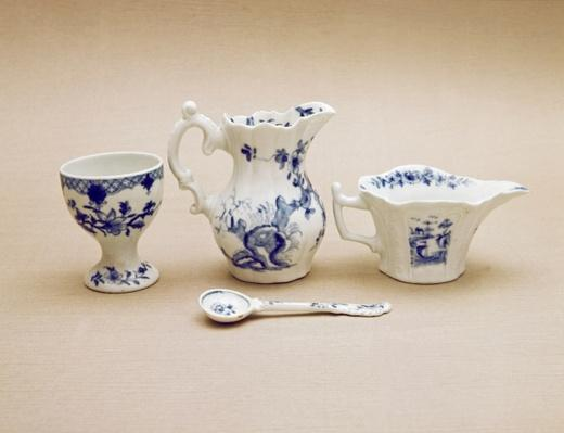 Worcester cream boat, cream jug, mustard spoon and egg cup, late 18th century