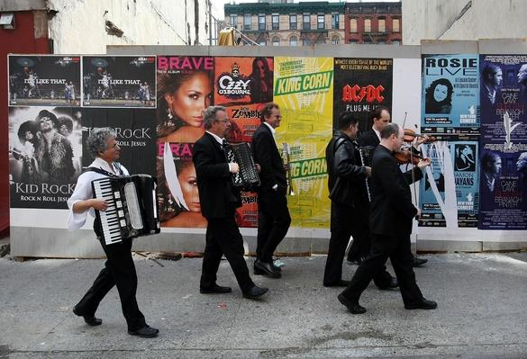Traditional Jewish Klezmer Musicians Visit New York Synagogue | Musical Instruments