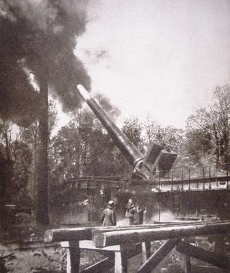 'Big Bertha', German WWI gun mounted on rail track, 1914-18