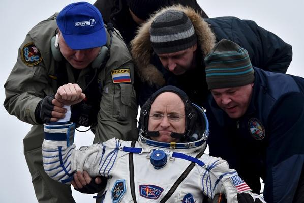 Astronaut Scott Kelly Returns to Earth After Year in Space | PBS NewsHour