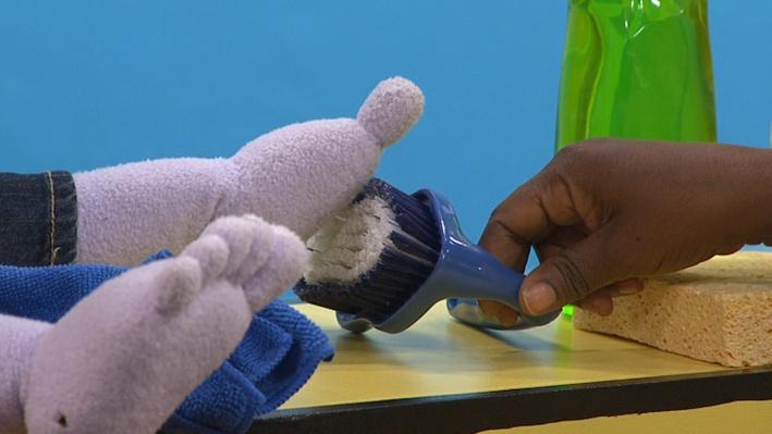 Mrs. Bonheur's Tools: Washing the Scooter | Les outils de Mme Bonheur