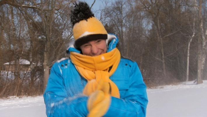 C'est l'hiver : La neige qui tombe sur Louis | Les saisons de Mini