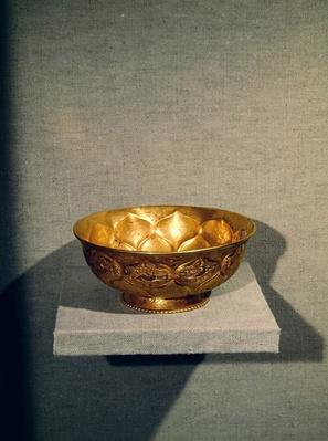 Bowl decorated with embossed lotus petals (gold)