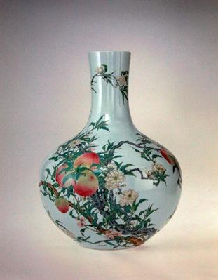 Vase with peaches, Qianlong Period (1736-95) (porcelain with overglaze enamels)