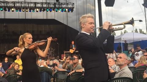 Chris Botti, Caroline Campbell perform off-stage in audience