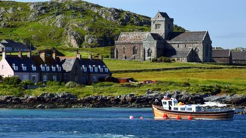 S10 E1011: Scotland's Islands