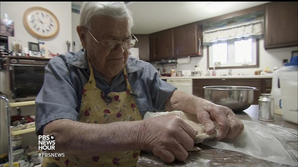For this 98-year-old baker, sharing dessert makes life sweet image