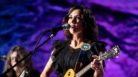 "S9 E2: Amanda Shires ""When You're Gone"""