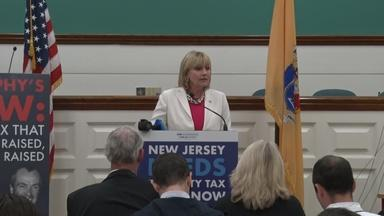 Guadagno talks taxes, bashes Murphy at campaign event