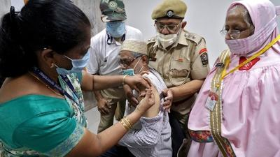 News Wrap: India records 400,000 new infections — again