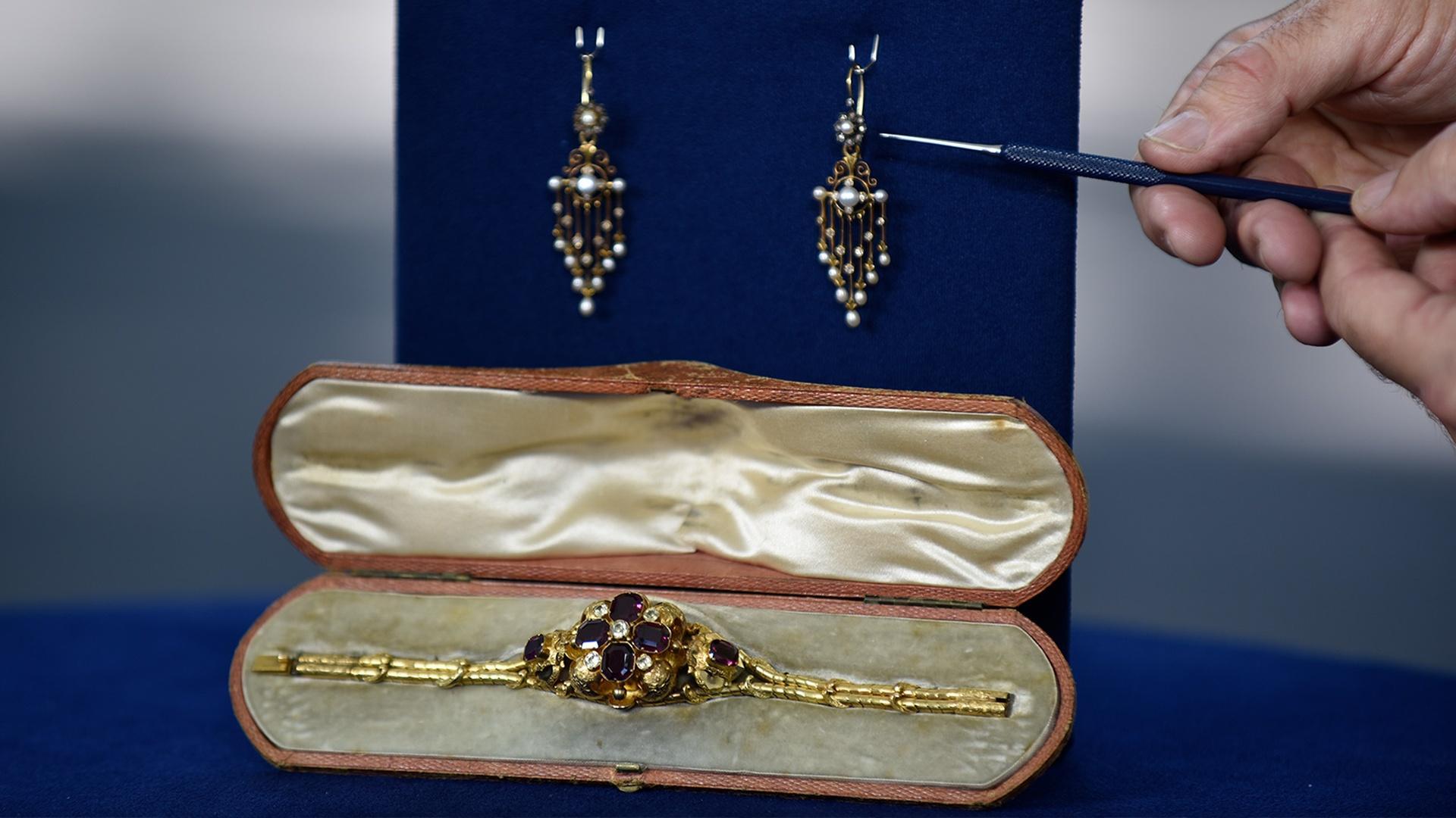 S24 E25 Appraisal Chandelier Earrings Georgian Bracelet Antiques Roadshow Programs Pbs Socal