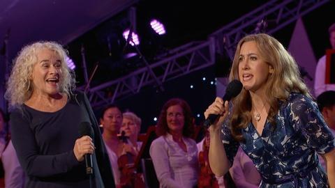 "Carole King, Vanessa Carlton Perform ""I Feel the Earth Move"""
