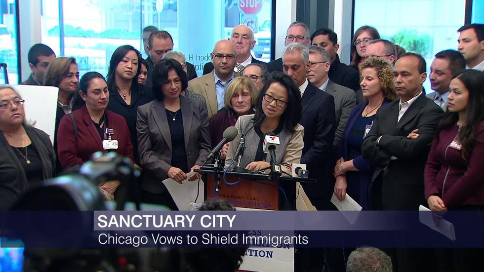 Mayor: Chicago to Remain a Sanctuary City for Immigrants image