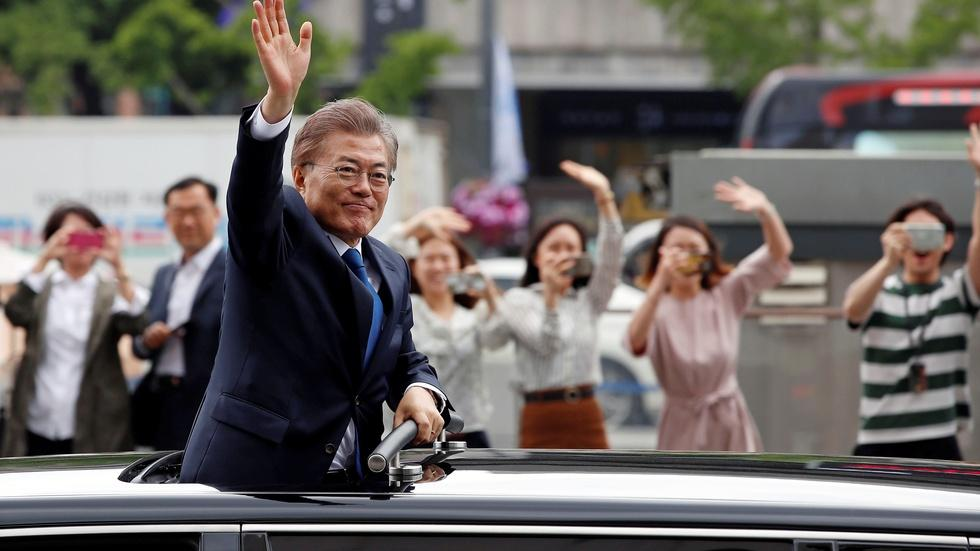 News Wrap: South Korean President Moon sworn in image