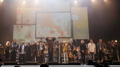 "Mick Fleetwood & Friends Perform ""Shake Your Moneymaker"""