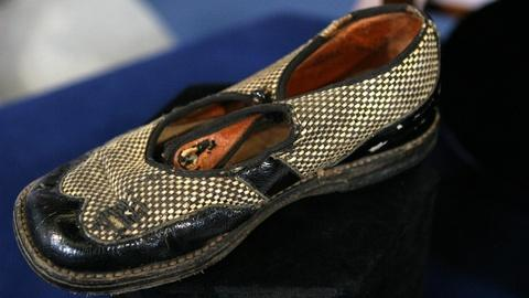 Antiques Roadshow -- S15 Ep21: Appraisal: Babe Ruth & Lou Gehrig Signed Shoe