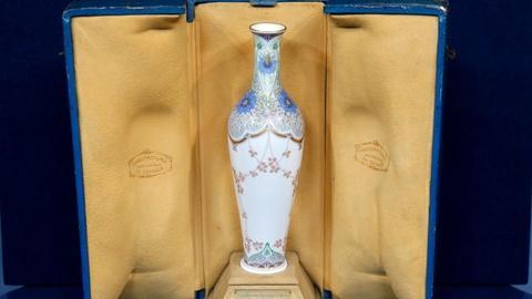Antiques Roadshow -- S16 Ep10: Appraisal: 1912 Sevres Exhibition Vase and Case