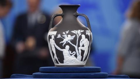 Antiques Roadshow -- S19 Ep1: Appraisal: Wedgwood Black Jasper Portland Vase